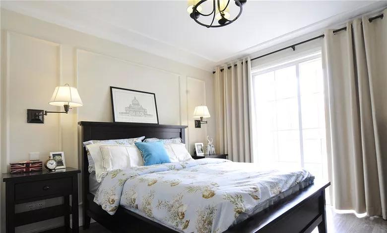 整个空间打造成了一个时尚的黑白灰质感;      主卧床头在边框造型的